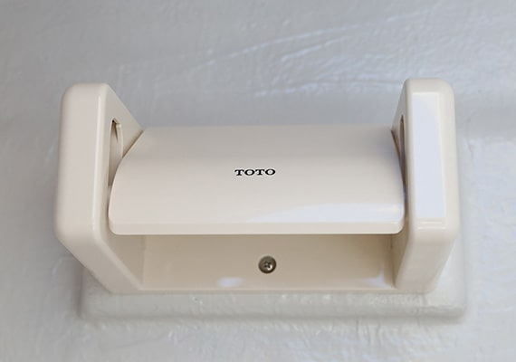 An electric marine toilet can be installed in the bow berth. With light and paper holder. Standard in the X-Type.