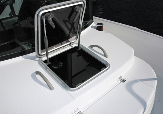Optional setting of Cabin Skylight Hatch that can enter and leave from the Bow Berth.